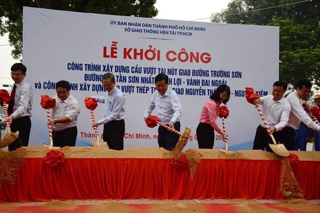 Khởi công 2 cầu vượt 'giải cứu' nạn kẹt xe ở Tân Sơn Nhất