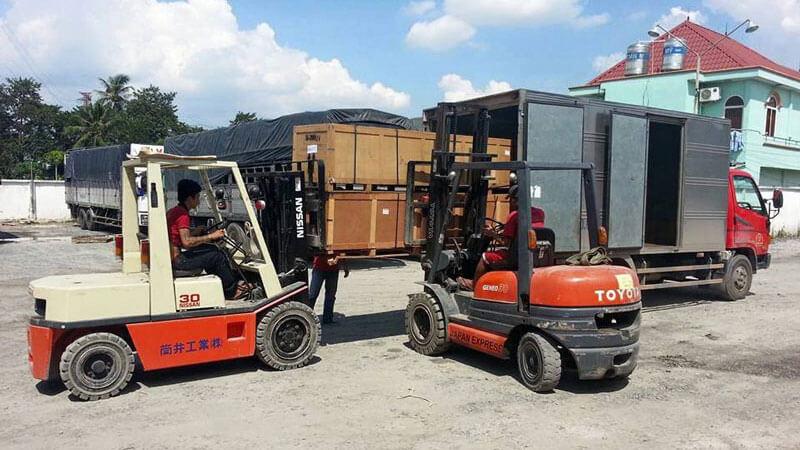 Vận chuyển hàng máy móc đòi hỏi cao về nhân lực và công cụ hỗ trợ