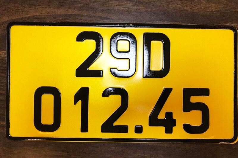 Một mẫu biển số xe vận tải màu vàng theo quy định mới vừa được ban hành