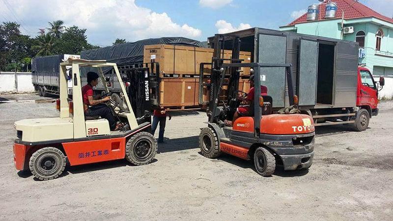 Khách hàng gửi và nhận hàng tại kho được Phượng Hoàng hỗ trợ máy công cụ và nhân lực bốc dỡ hàng miễn phí